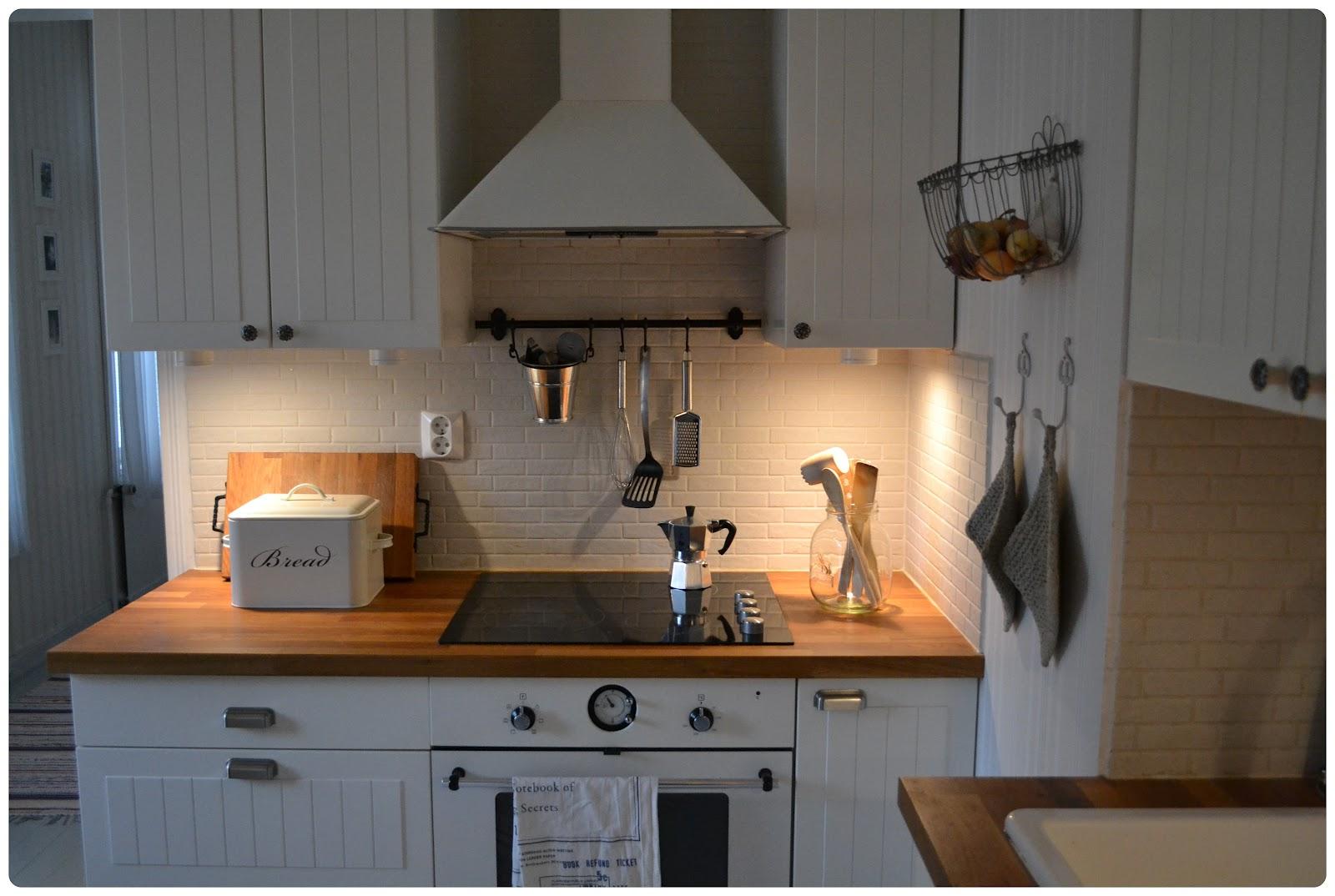 Viluvarpaat tyytyväisinä Ikea keittiössä  nakit ja MUTSI